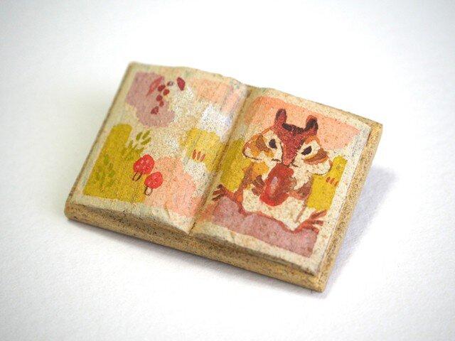 送料込■絵本みたいな陶土のブローチ《もぐもぐリスさん》の画像1枚目