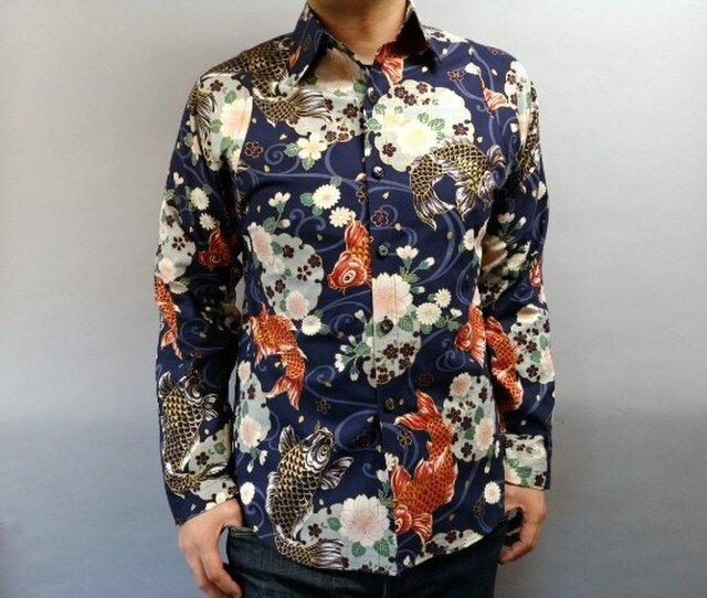 長袖和柄シャツ(唐草流水に鯉と雪輪に桜)濃紺の画像1枚目