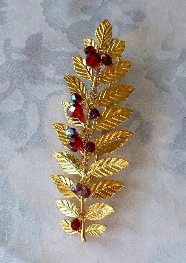 赤い実のゴールデンリーフブローチの画像1枚目