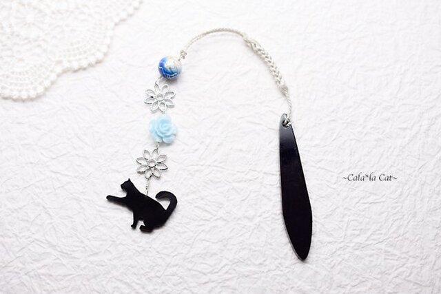 かまって黒猫と水色薔薇の帯飾りwith青唐草ビーズ / 銀色 / シルバー / 根付の画像1枚目