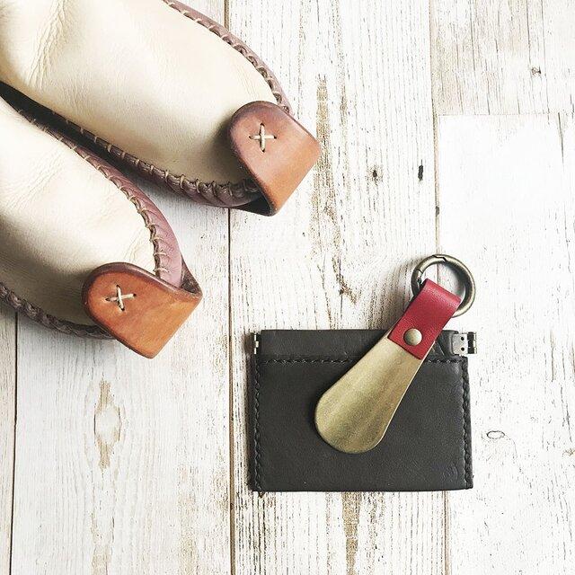 革と真鍮の靴べらキーホルダー 栃木レザーの赤の画像1枚目