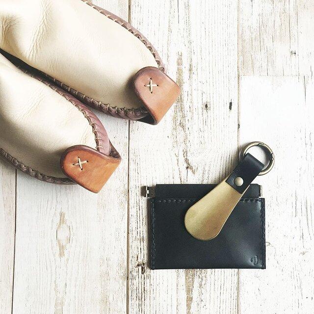革と真鍮の靴べらキーホルダー 栃木レザーのくろの画像1枚目