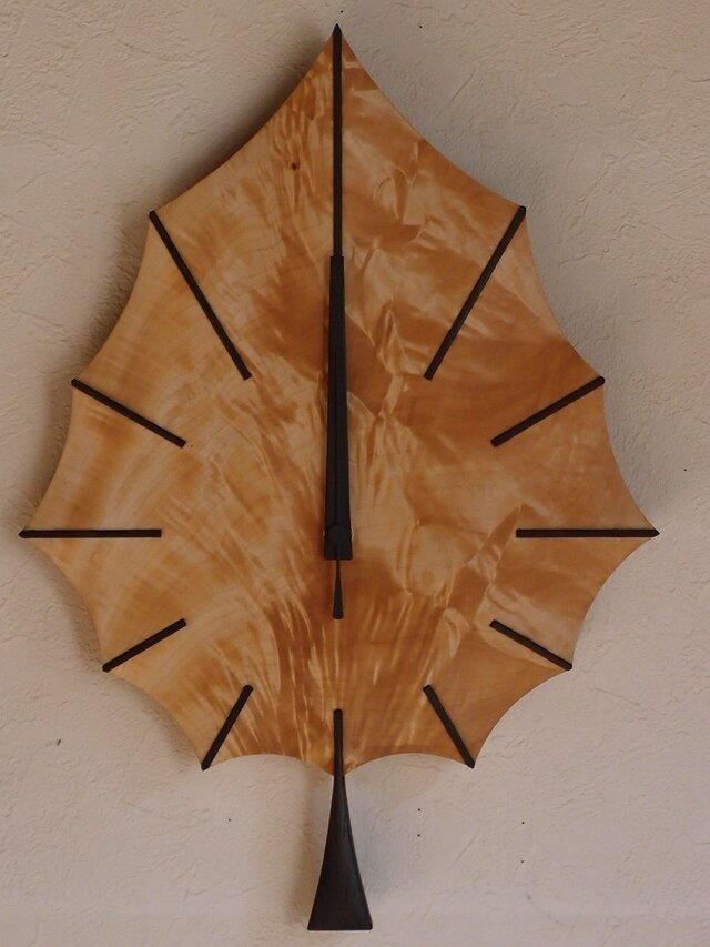 無垢の木の電波掛け時計 トチ はっぱ 0041の画像1枚目