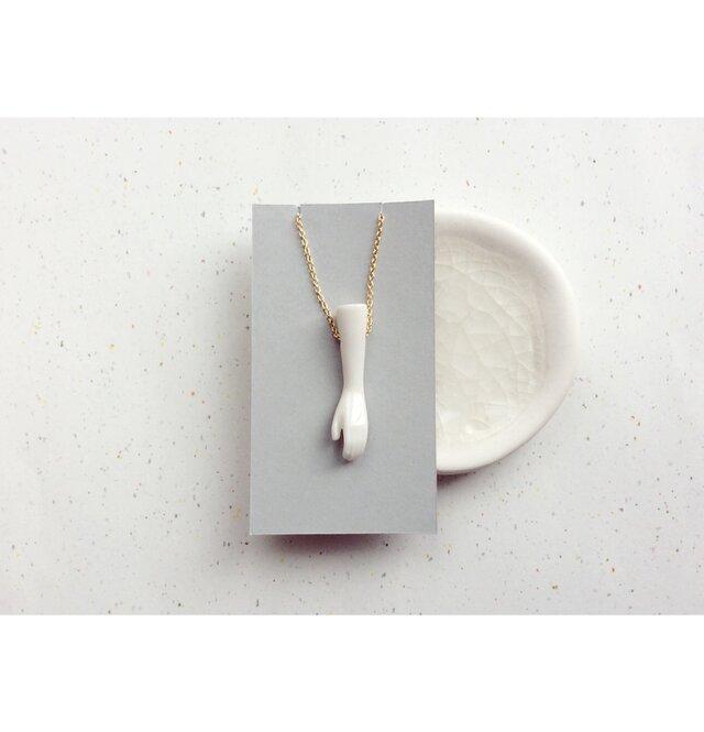hand necklace : 手がモチーフのシンプルな白磁のネックレスの画像1枚目