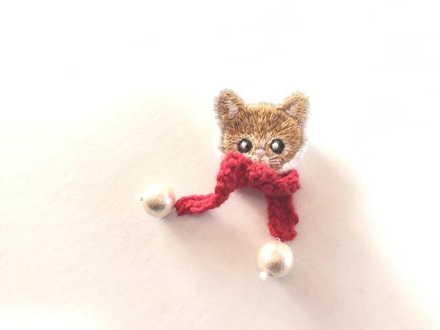 マフラーを付けた猫刺繍のブローチの画像1枚目