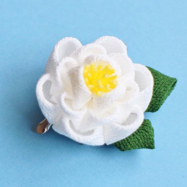 凛と✳︎椿の髪飾り葉っぱ付✳︎ 白 正絹 つまみ細工 かんざしの画像1枚目