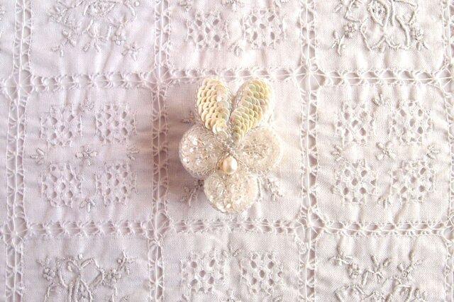 ちいさな白いビオラのブローチ クリスタルホワイトの画像1枚目