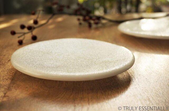 純白ガラスの丸皿 -「 KAZEの肌 」●丸皿・絹目調 (14cm)の画像1枚目