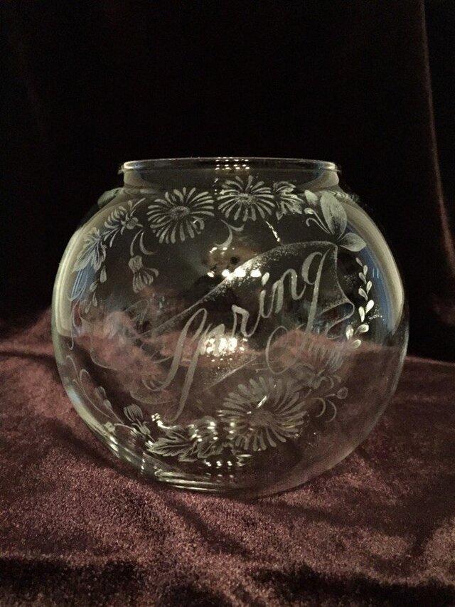 Springの文字をあしらった春模様の花器〜手彫りガラス〜の画像1枚目