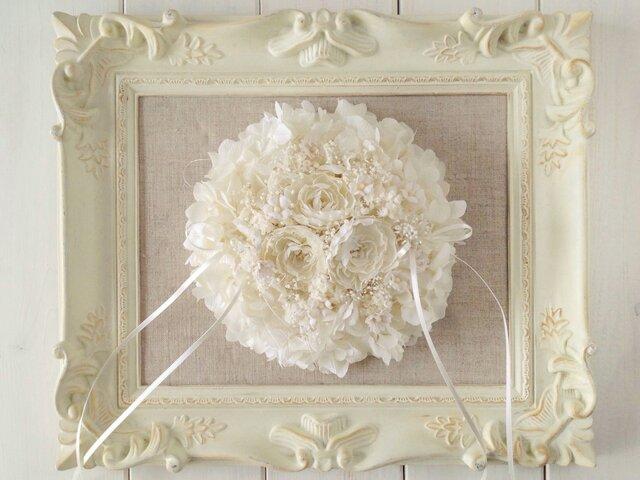 染め花のプリムラとプリザのリングピロー(ラウンド小・オフホワイト)の画像1枚目