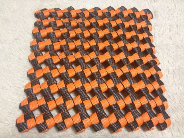 クラフトテープ四つ畳編み鍋敷きの画像1枚目