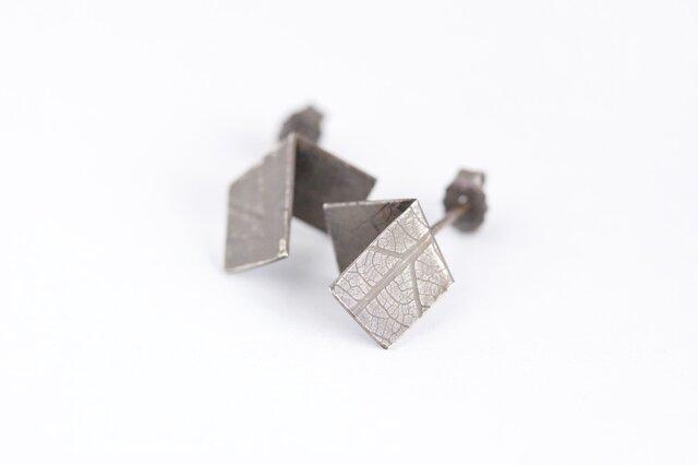 Folded vein studs Oxidized 燻し銀葉脈ピアス(折)の画像1枚目