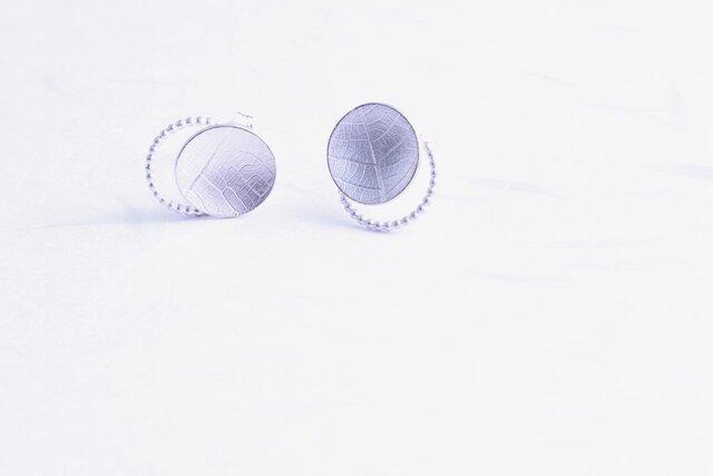 Round vein pearl wire studs 葉脈パール線ピアスの画像1枚目