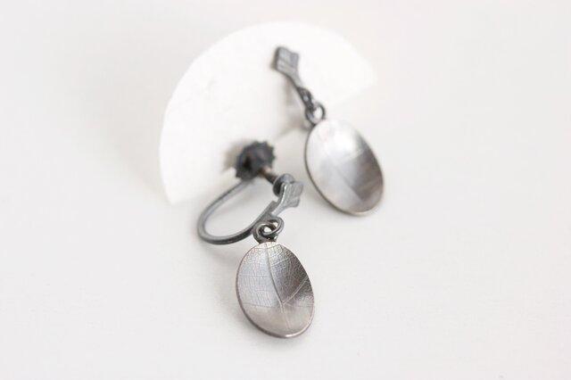 Oval vein イヤリング oxidized(燻銀)の画像1枚目