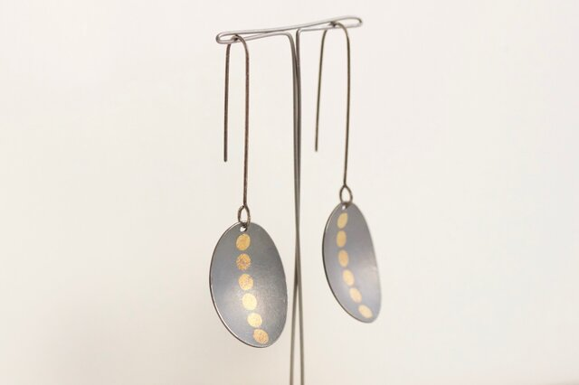 Oval 6gold dots earrings Oxidizedの画像1枚目