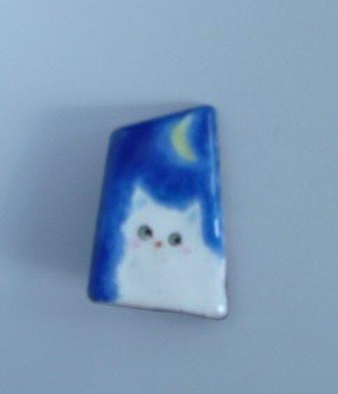 七宝 白猫と三日月の画像1枚目