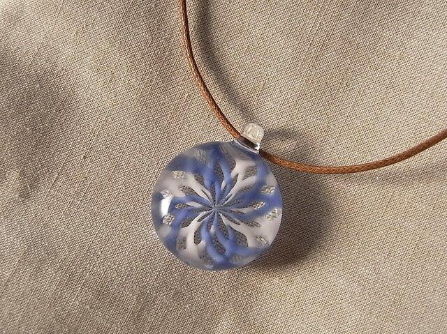 バラ窓のペンダント・さくら×青・ガラス製・幾何学模様・透かし模様の画像1枚目
