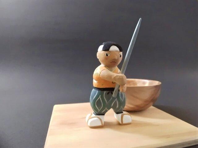 木彫り 一寸法師人形 お椀付きの画像1枚目