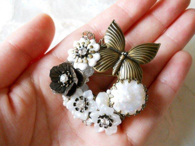 【Uさまご予約】蝶と白いお花のリースブローチ②の画像1枚目