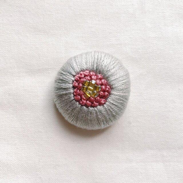 刺繍くるみボタンヘアゴム【ライトグレー×スモーキーピンク】の画像1枚目
