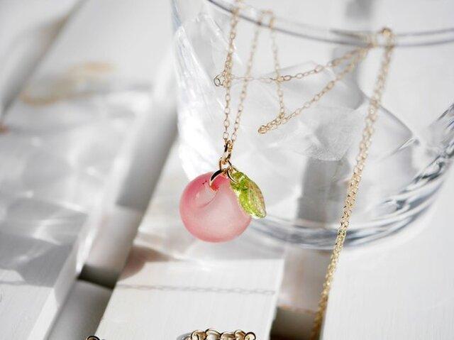 オレンジピンク★りんごのネックレスの画像1枚目