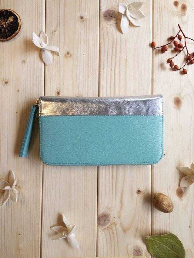 上品な大人色のパステルカラーシリーズ《メタリックミラーシルバー×パステルブルー》配色鮮やかなバイカラー長財布の画像1枚目