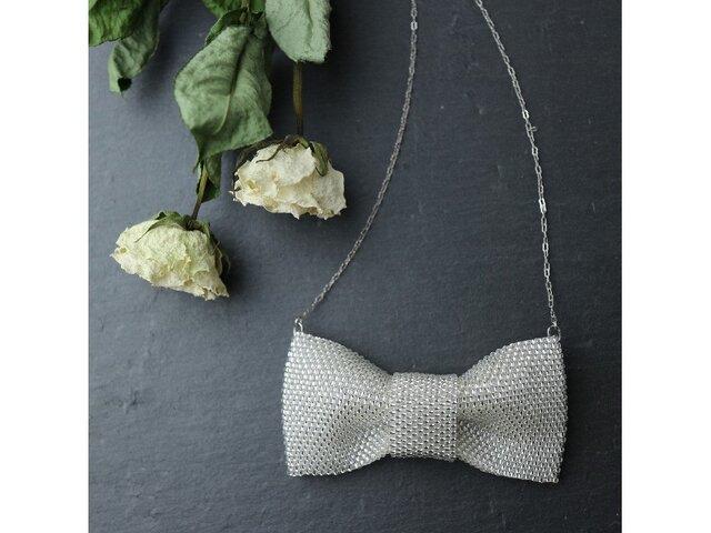 白いビーズで編んだリボンのネックレスの画像1枚目