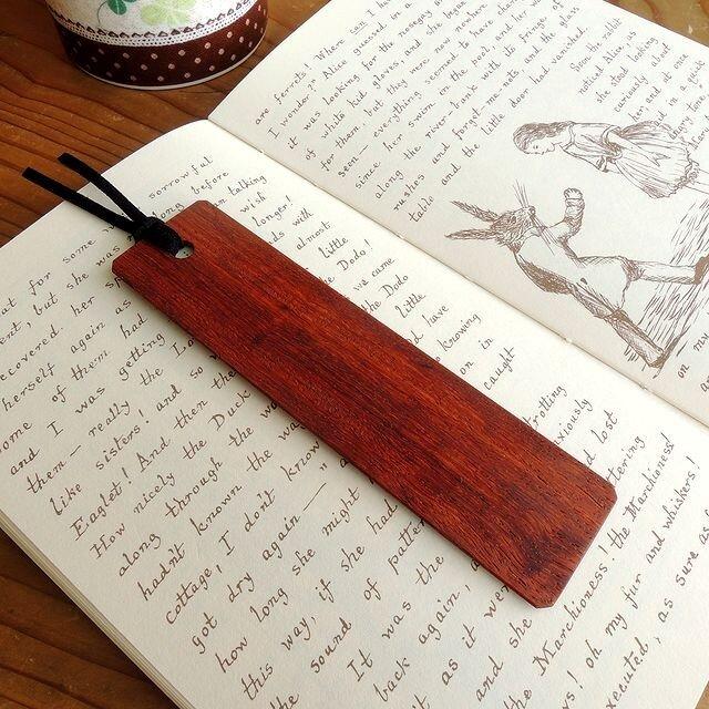 赤が素敵なカリン(花梨)の木製しおりの画像1枚目