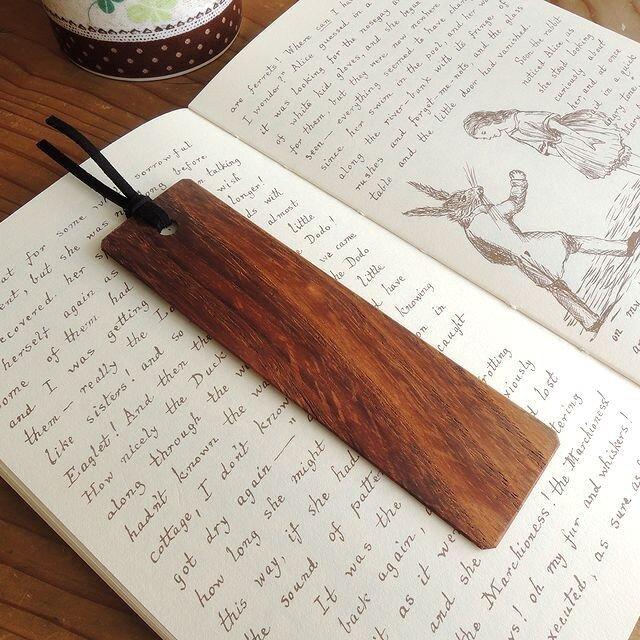 キャラメルブラウンのネムノキの木製しおりの画像1枚目