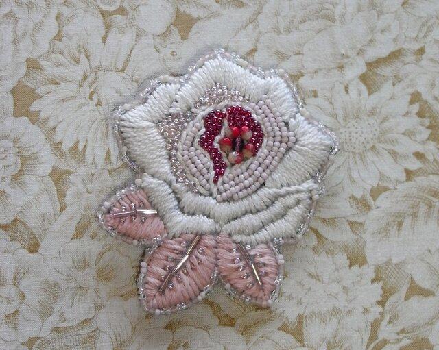薔薇*苺 刺繍ブローチの画像1枚目