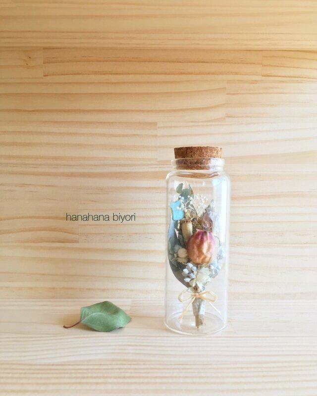 クロタネソウと小花のミニミニブーケ小瓶の画像1枚目