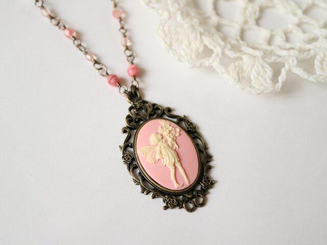カメオのネックレス 花を持つ妖精(ピンク)の画像1枚目