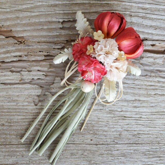 【受注制作】*染の草花*チューリップとカーネーションのクリップ付コサージュ【赤】の画像1枚目