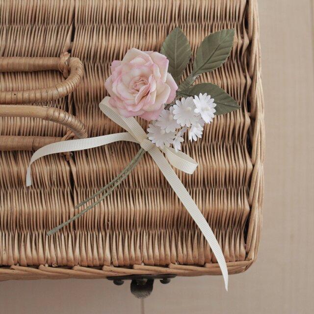 バラと小花のコサージュの画像1枚目
