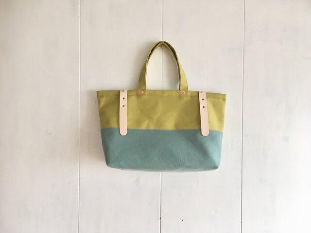 黄緑色と水色の鞄 ヌメ革ベルトの画像1枚目