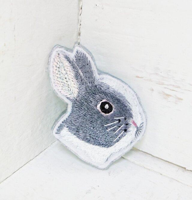 ウサギさん横顔*刺繍ブローチの画像1枚目