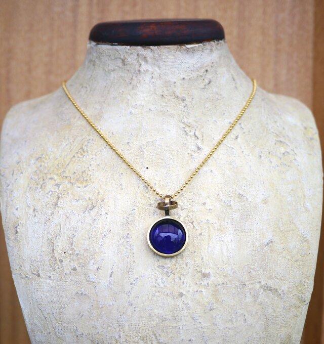 紺色のガラスのネックレスの画像1枚目
