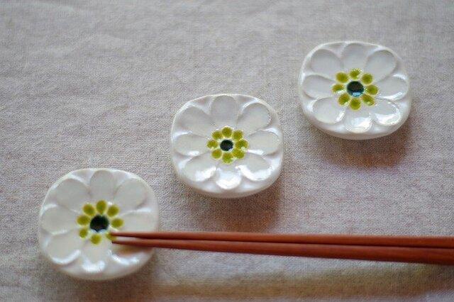 乳白色の小花の箸置きの画像1枚目