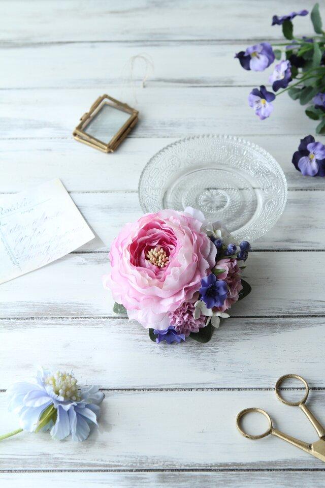 [ケース付き]Ping Ranunculus  & berry corsageの画像1枚目