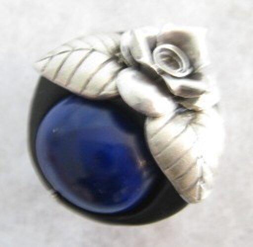 カレンシルバーの薔薇とラピスラズリの帯留の画像1枚目
