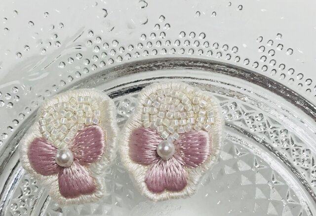ピンクのビオラの刺繍イヤリングの画像1枚目
