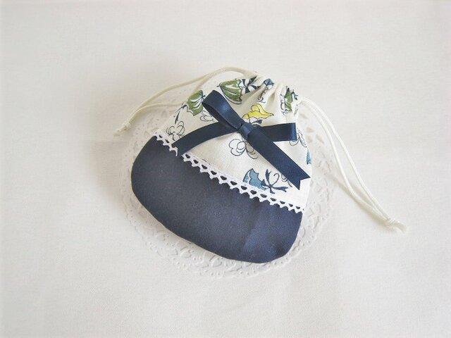 かわいいリボンを付けたパラソル柄ミニ巾着袋(紺)の画像1枚目