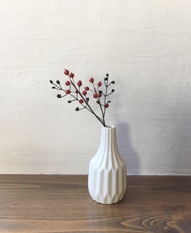 小さな赤い実の枝とワイヤーの枝の画像1枚目