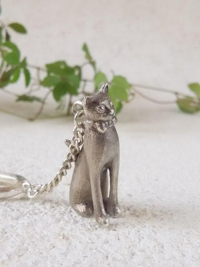 蝶ネクタイをした猫のシルバーキーチャームの画像1枚目