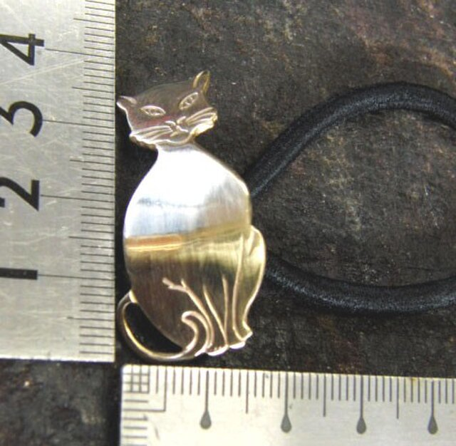 真鍮ブラス製 猫(ねこ)デザインヘアゴムコンチョ 髪留め・バッグボタン飾り・ペットの首輪飾りにもの画像1枚目