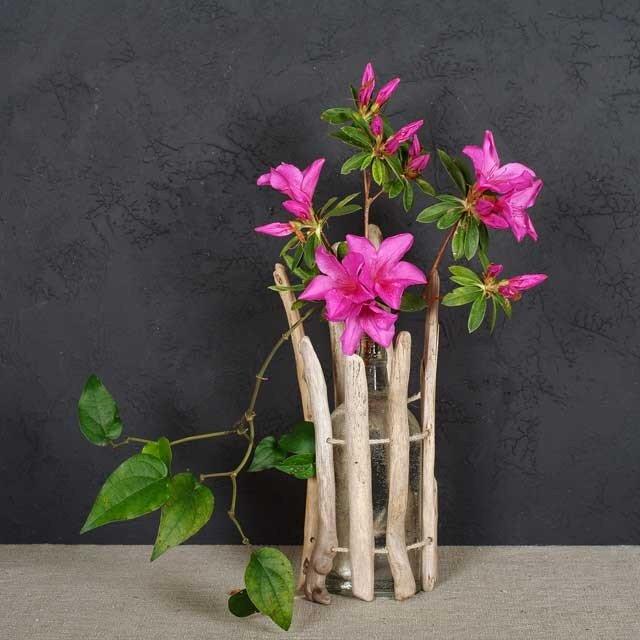 枝流木と浜辺の漂着びんの花器-1の画像1枚目