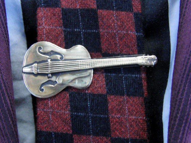 真鍮ブラス製 ギター型ネクタイピン(タイバー)1個 ネクタイ・ポケットの飾りにの画像1枚目