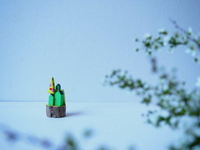 painted driftwood art 愛が生まれる木がある小さな家並みの画像1枚目