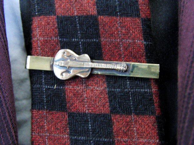 真鍮ブラス製 ミニギター型ネクタイピン(タイバー)1個 ネクタイ・ポケットの飾りにの画像1枚目