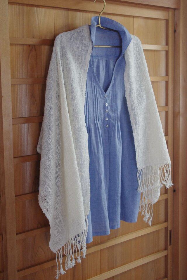 圧倒的に爽やかな夏の白・綿のショール。さらっとした肌触りの生成りコットンの透かし織りで涼しげに。(幅約50㎝、長さ約165㎝)の画像1枚目